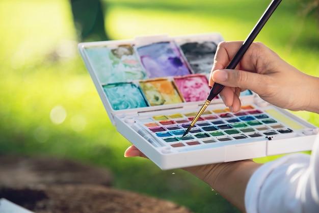 Entspannen sie sich frauenmalerei-aquarellkunstwerk in der grünen gartenwaldnatur Kostenlose Fotos