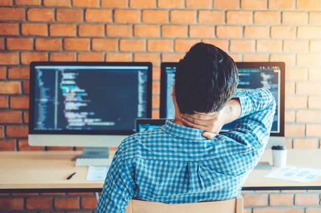 Entspannend entwickeln von programmierern entwicklung website-design und kodierungstechnologien Premium Fotos