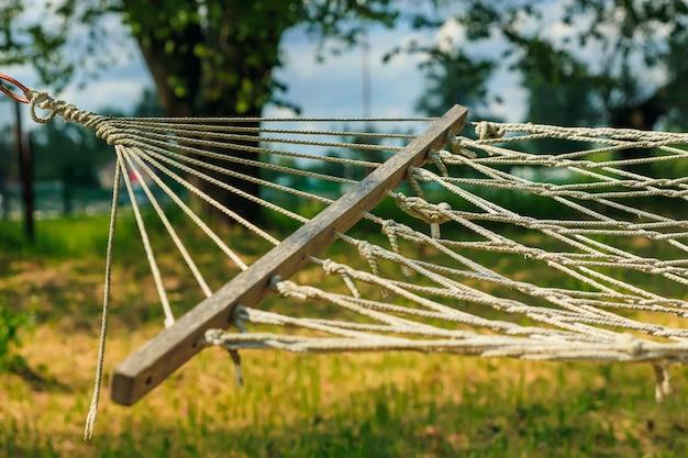 Entspannende faule zeit mit hängematte im grünen wald Premium Fotos