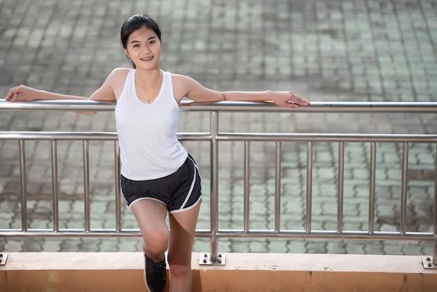 Entspannendes asiatisches sport-girl Premium Fotos