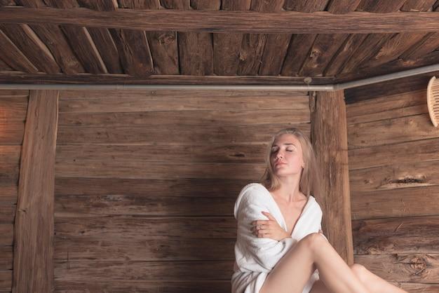 entspannte frau in der sauna die sich streichelt download der kostenlosen fotos. Black Bedroom Furniture Sets. Home Design Ideas