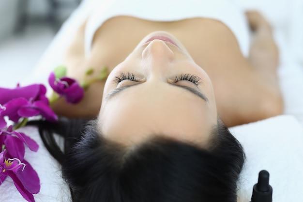Entspannte frau nach massage in schönheitssalon nahaufnahme Premium Fotos