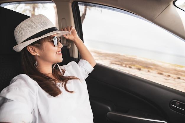 Entspannte glückliche asiatin auf sommer roadtrip reiseferien Premium Fotos