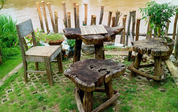 Entspannter rustikaler teetisch auf der terrasse am wasser Premium Fotos