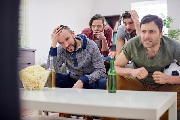 Enttäuschte männer beim fußballspiel Kostenlose Fotos