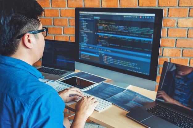 Entwicklung website-design und codierungstechnologien, die in bürobeständen von softwareunternehmen arbeiten Premium Fotos