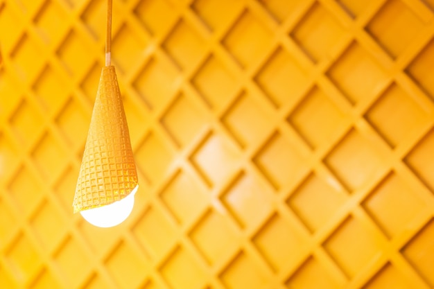 Entworfene gelbe lampen auf hölzernem hintergrund. weiße lichter im raum Premium Fotos