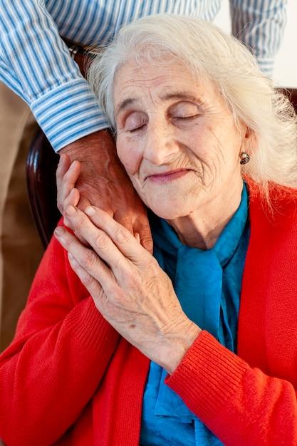 Entzückende ältere frau in der liebe mit ihrem mann