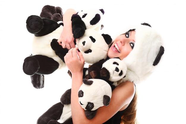 Entzückende frau mit vielen ausgestopften pandas Kostenlose Fotos