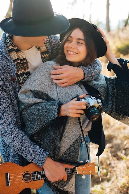 Entzückende junge paare in der natur Kostenlose Fotos