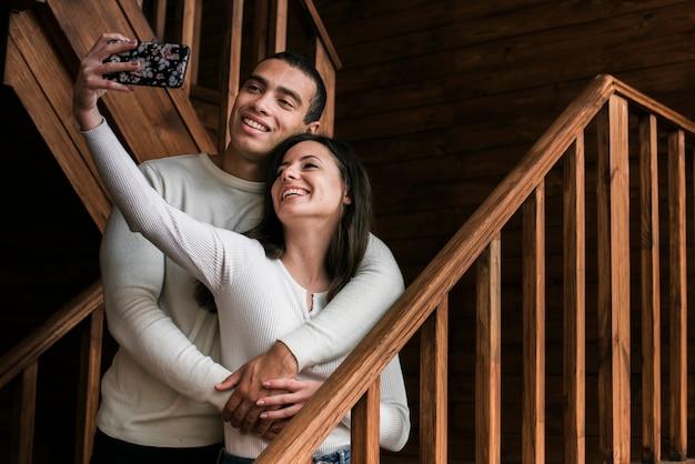 Entzückende paare, die ein selfie nehmen Kostenlose Fotos