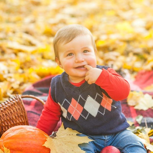 Entzückender kleiner babybeißfinger Kostenlose Fotos