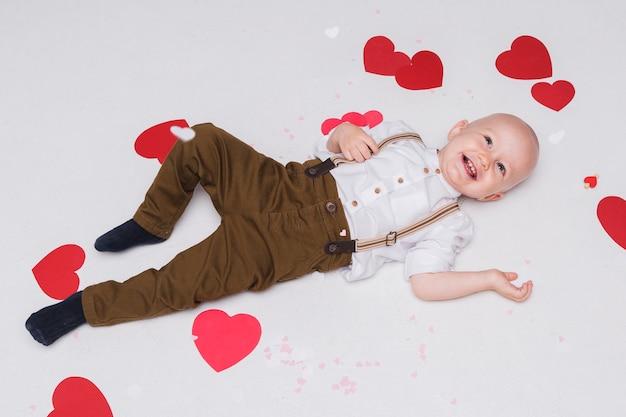 Entzückendes babylächeln der draufsicht Kostenlose Fotos