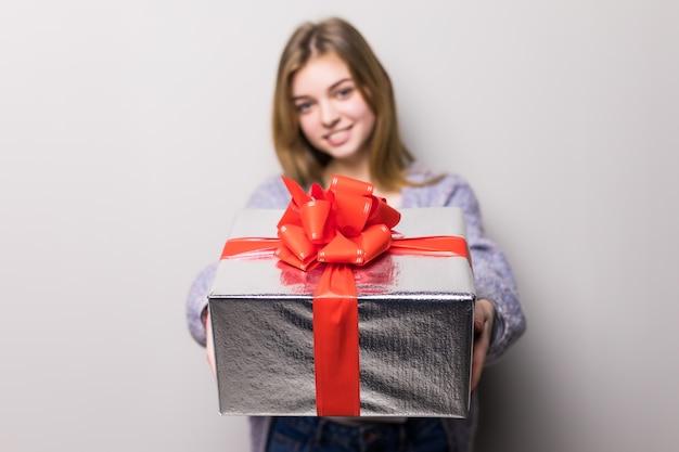 Entzückendes junges mädchen mit großer geschenkbox Kostenlose Fotos