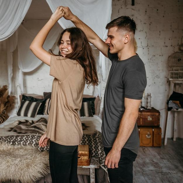 Entzückendes junges paar, das zusammen tanzt Kostenlose Fotos
