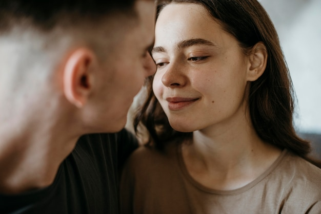 Entzückendes junges paar in der liebe Premium Fotos
