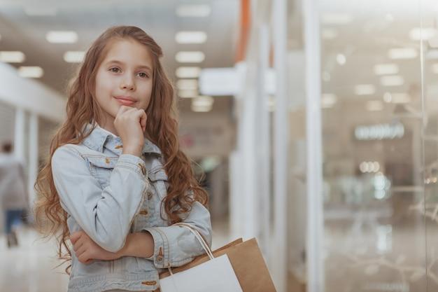 Entzückendes kleines mädchen am einkaufszentrum Premium Fotos