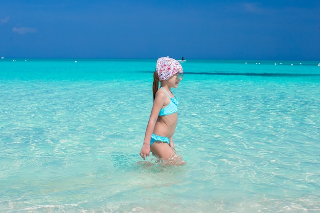 Entzückendes kleines mädchen im meer während der sommerferien Premium Fotos