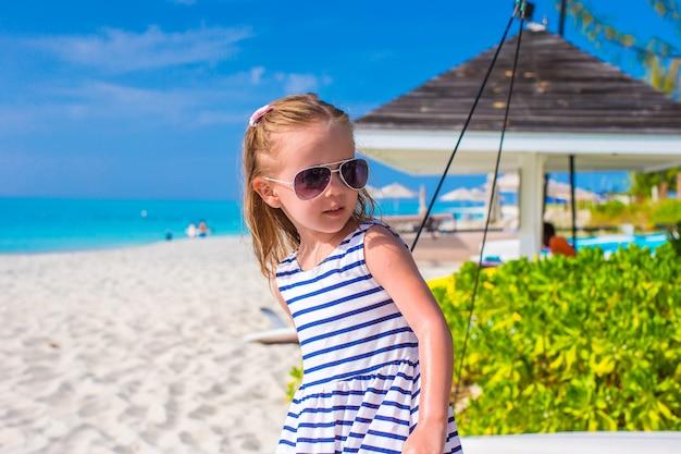 Entzückendes kleines mädchen während der sommerferien Premium Fotos