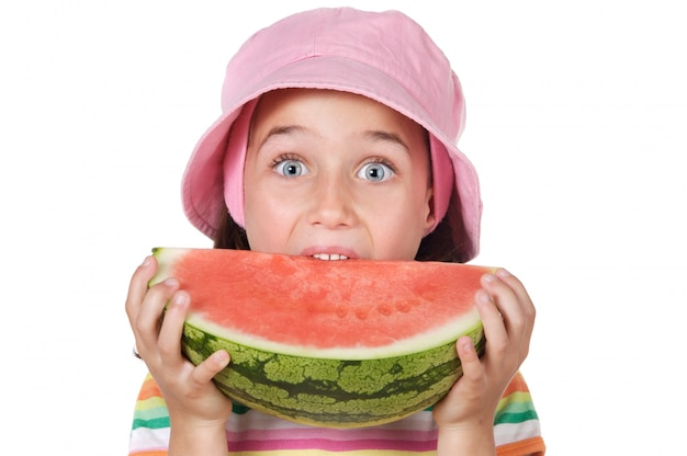 Entzückendes mädchen, das wassermelone a über weißem hintergrund isst Premium Fotos
