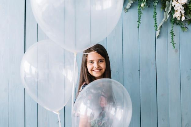 Entzückendes mädchen mit ballonen Kostenlose Fotos