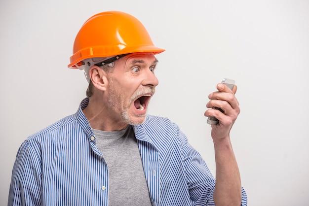 Erbauer, der am telefon spricht Premium Fotos