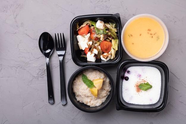 Erbsensuppe, brei, salat und gabel mit löffel Premium Fotos