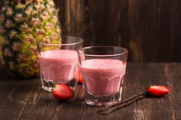 Erdbeer-ananas-smoothie mit vanille Premium Fotos