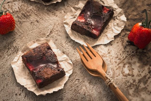 Erdbeer-brownies schokoladenfutter Premium Fotos