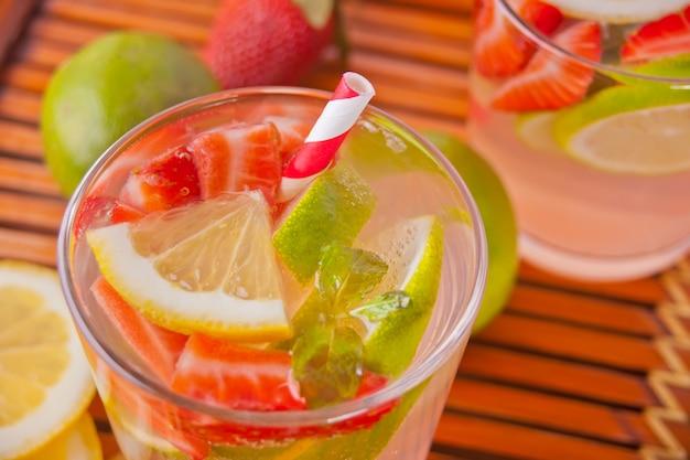Erdbeer-limonade oder mojito-cocktail mit zitrone und minze, kaltes erfrischungsgetränk oder getränk Premium Fotos
