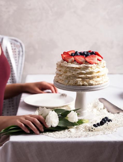 Erdbeer-pavlova-kuchen Premium Fotos