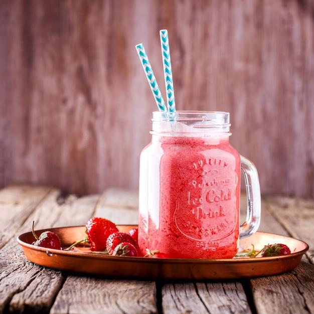 Erdbeer smoothie. Premium Fotos