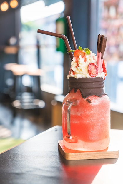 Erdbeer-smoothies mit schokolade Premium Fotos