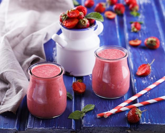 Erdbeer-smoothies. sommerliches erfrischungsgetränk. Premium Fotos