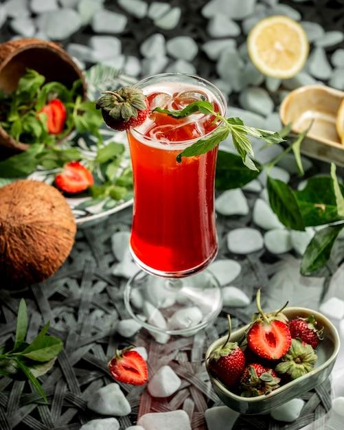 Erdbeercocktail garniert mit erdbeere und minze Kostenlose Fotos