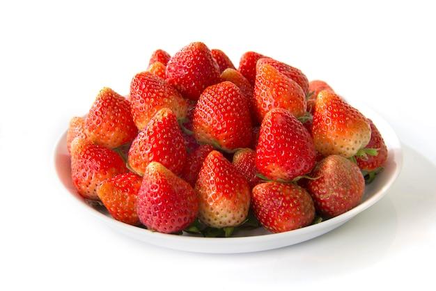Erdbeere auf der weißen platte lokalisiert auf weißem hintergrund Premium Fotos