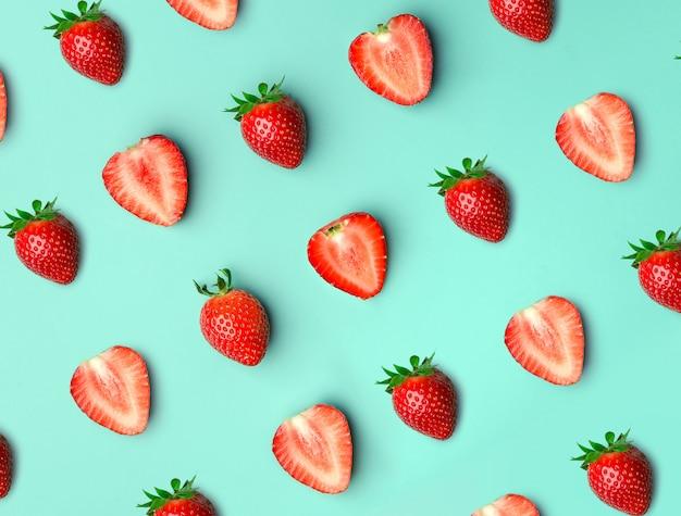 Erdbeere. muster von strawberrys auf blau Premium Fotos