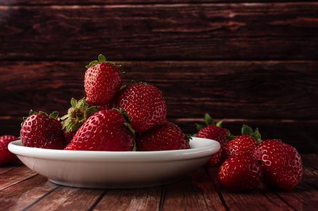 Erdbeeren auf einem holztisch Premium Fotos
