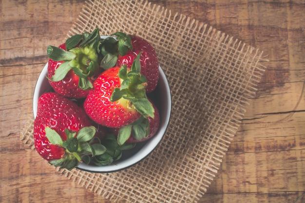 Erdbeeren auf einem weißen hintergrund Premium Fotos