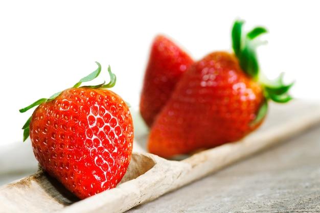 Erdbeeren auf holz Premium Fotos