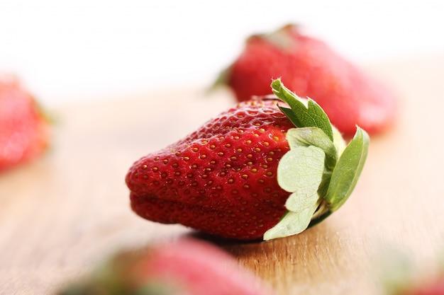 Erdbeeren auf holzoberfläche Kostenlose Fotos