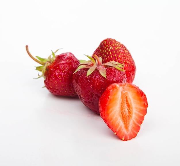 Erdbeeren auf weißem schnitt Premium Fotos
