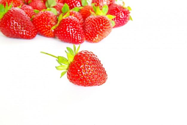 Erdbeeren auf weißer wand Premium Fotos