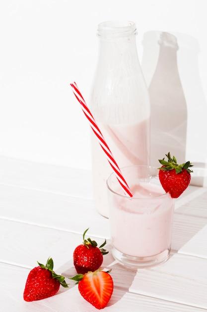 Erdbeeresmoothie auf tabelle Kostenlose Fotos