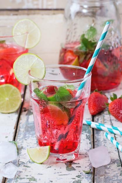 Erdbeerlimonade in einem glas Premium Fotos
