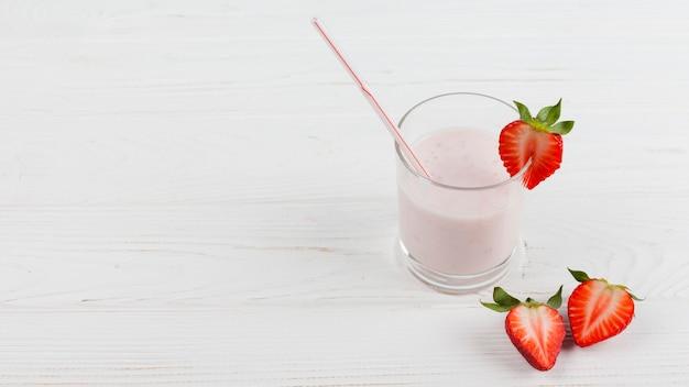 Erdbeermilchshake im glas Kostenlose Fotos