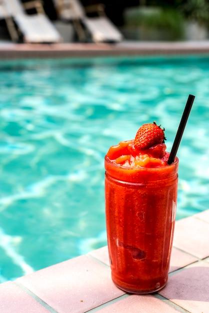 Erdbeersmoothie am pool Kostenlose Fotos