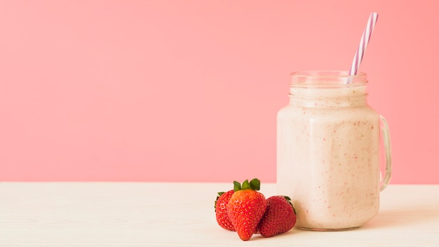 Erdbeersmoothie auf die tischplatte Kostenlose Fotos