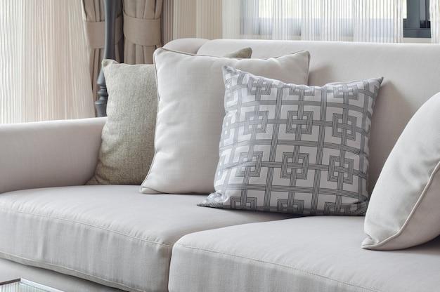 Erdfarbensofasatz variiert mit musterkissen im wohnzimmer Premium Fotos