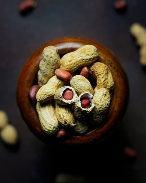 Erdnüsse auf dunklem selektivem fokus Kostenlose Fotos